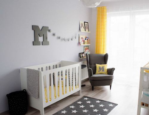 Детская для малыша: оригинальная желто-серая комната